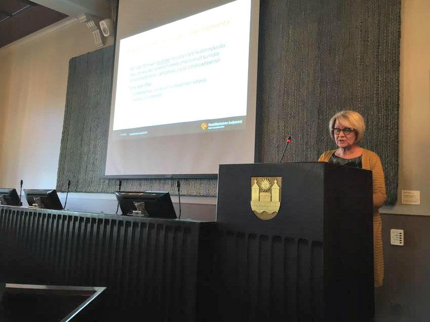 Tuula Pehkonen-Elmi kuvasi kustannuksia ja vaikuttavuutta. Kuva: Sirkka Rousu